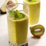 Tropische groene smoothie met banaan, mango en boerenkool