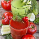 Smoothie van komkommer, tomaat en aardbei