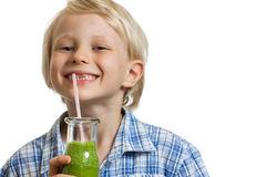 leuke-jongen-die-het-groene-smoothie-glimlachen-drinken-34366726